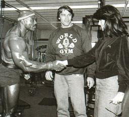 Арнольд знакомит Марию с Серджио Оливой в World Gym (1984)