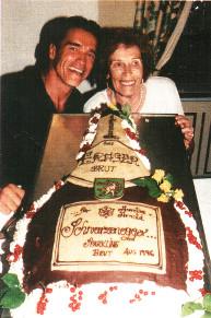 Арнольд Шварценеггер с матерью Аурелией (1996)