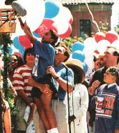 Арнольд Шварценеггер с ребенком на руках на празднике