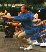 Арнольд Шварценеггер приседает с игрушками на празднике