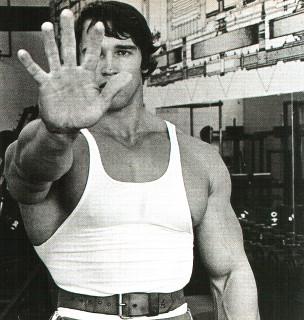Арнольд Шварценеггер показывает ладонь на тренировке