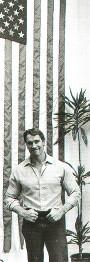 Арнольд Шварценеггер на фоне флага