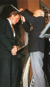 Бен Уайдер вручает Шварценеггеру Орден лучшего бодибилдера XX века