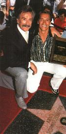 Шварценеггер и Джо Вейдер на Аллее славы в Голливуде в 1987 г.